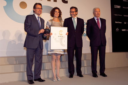 Imma Bardés, People Development Director de Kantar Worldpanel, durante la entrega del premio de la mano del presidente de la Generalitat Artur Mas
