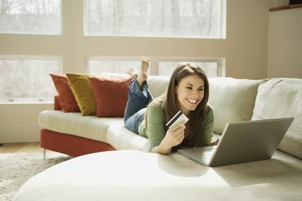 Las personas que compran ropa por Internet se gastan 383 euros más en textil que la media