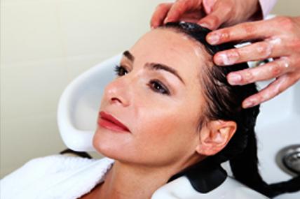 Dejamos que el peluquero nos asesore, y nos hacemos los tratamientos en casa para ahorrar