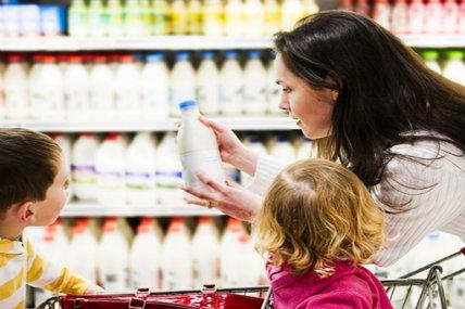 Las categorías que más aportan positivamente al gasto de la canasta son bebidas como leche líquida natural, leche en polvo y agua embotellada