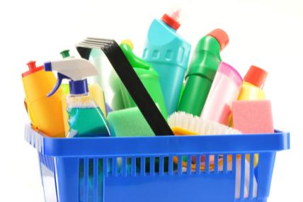 Consumidor assume rotina de limpeza da casa e das roupas
