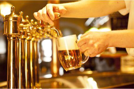 Brasileiros gastam mais com cerveja fora de casa