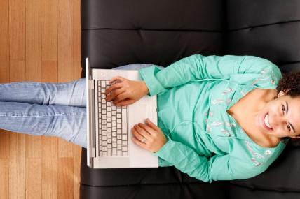 La practicidad de comprar en cualquier momento y acomodando horarios de entrega son ventajas del E-commerce.