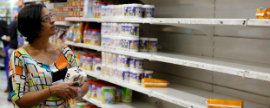 Venezolanos se adaptan para intentar sortear la escasez