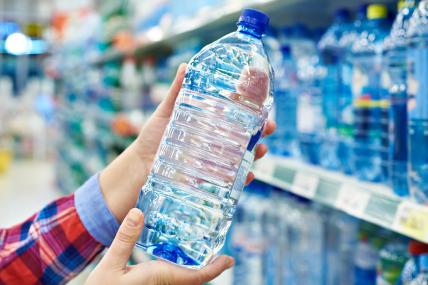 En promedio una persona bebe un litro de agua al día