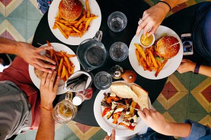 De las ocasiones en que las familias comen hamburguesa en casa, solo el 8% las acompaña de papas a la francesa
